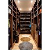 closet planejado em madeira